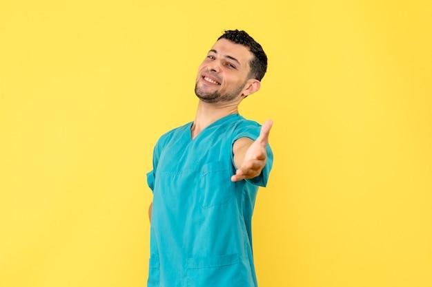 Vista laterale un medico sorridente medico sta parlando del successo del trattamento per covid-