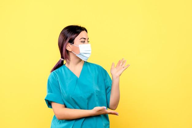 La vista laterale del medico parla dell'importanza del lavaggio delle mani