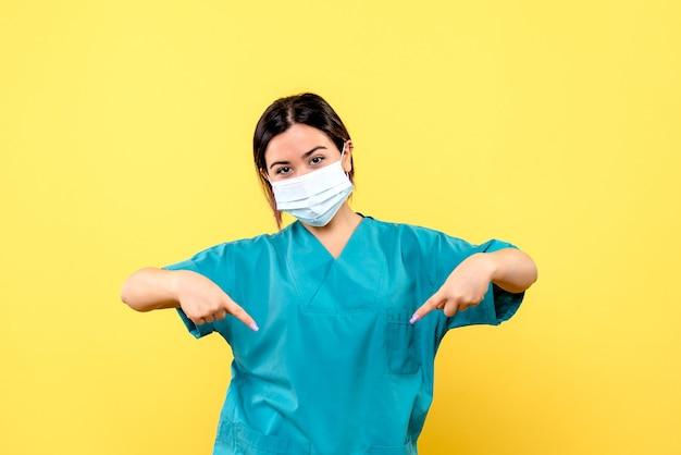La vista laterale del medico parla dell'importanza di indossare la maschera durante una pandemia