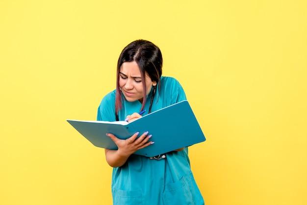 La vista laterale del medico con i documenti sta scrivendo la prescrizione per un paziente con covid