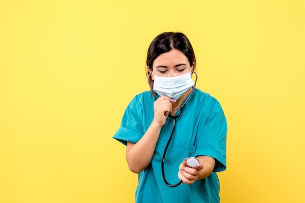 Vista laterale del medico con maschera da indossare fonendoscopio