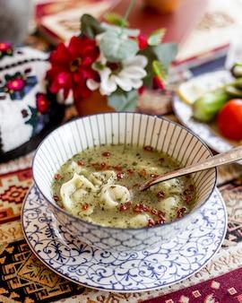 サイドビューの餃子スープ、乾燥バーバリとミントのプレート