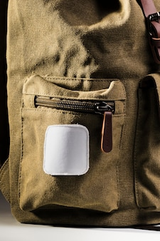 茶色のバックパックの側面図空の白いパッチ