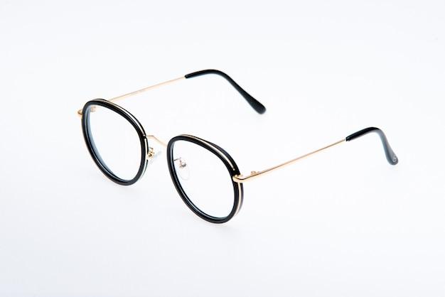 Вид сбоку модные солнцезащитные очки в черной оправе на белом фоне