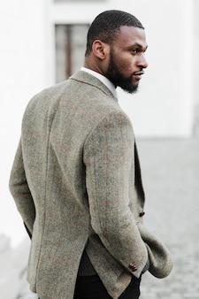 Uomo alla moda di vista laterale che osserva via