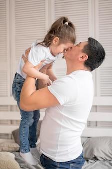 サイドビューの父娘にキス