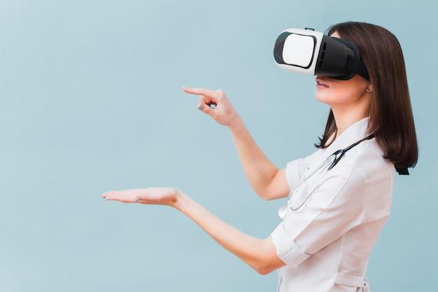 Vista laterale della dottoressa sperimentando la realtà virtuale