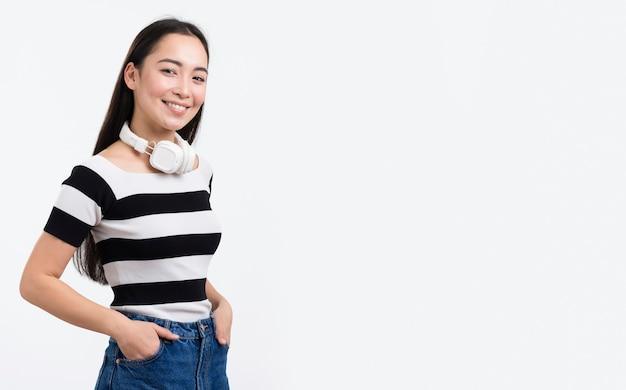 Вид сбоку женщина с наушниками Бесплатные Фотографии