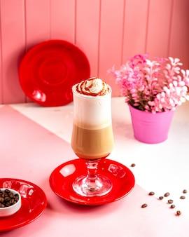 Vista laterale frappe caffè con panna e caramello