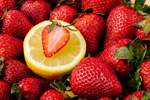 접시에 레몬 슬라이스 측면보기 신선한 딸기