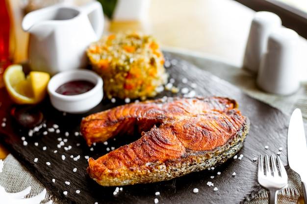 Pesce rosso fritto vista laterale con salsa