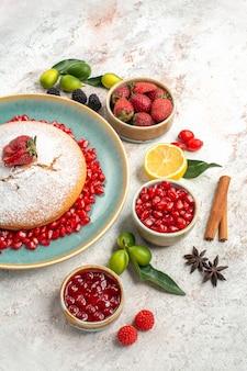 Vista laterale da lontano la torta la torta ai frutti di bosco e marmellata di melograno bacche di cannella al limone
