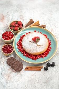 ベリークッキーとシナモンの食欲をそそるケーキ食欲をそそるケーキを遠くからの側面図