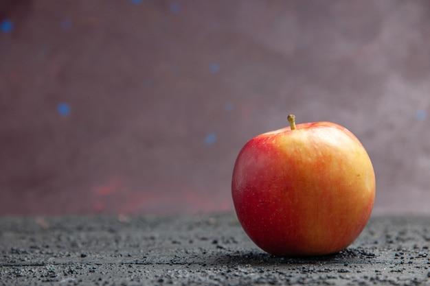 紫色の背景の灰色のテーブルの右側の黄赤リンゴの側面図フルーツ