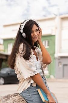 音楽を聴いているサイドビューの女の子