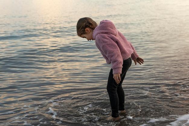 물에서 노는 측면보기 소녀
