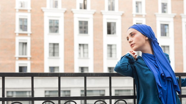コピースペースとヒジャーブを着ているサイドビューの女の子