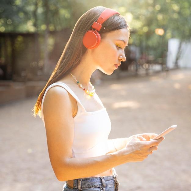 ヘッドフォンでサイドビューの女の子