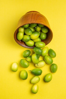 テーブルの上の食欲をそそる緑の果物の側面図緑の果物