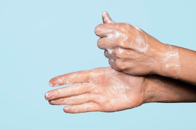비누로 손을 씻는 측면보기