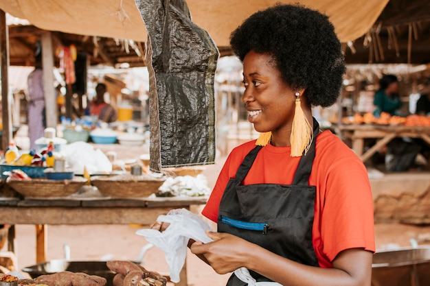 市場で幸せなアフリカの女性の側面図