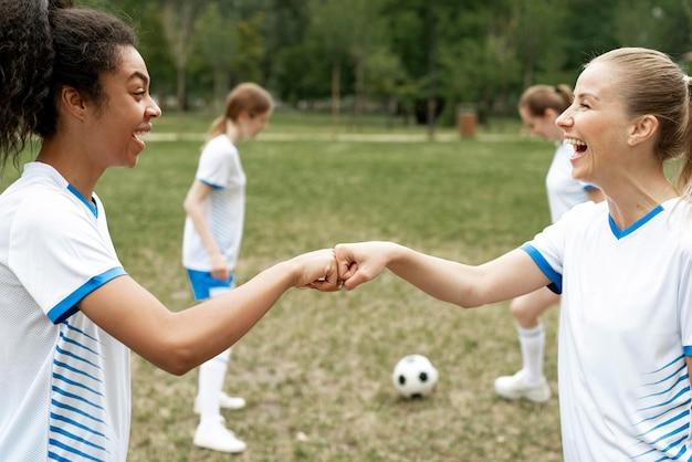 側面図幸せな女性の拳バンプ 無料写真