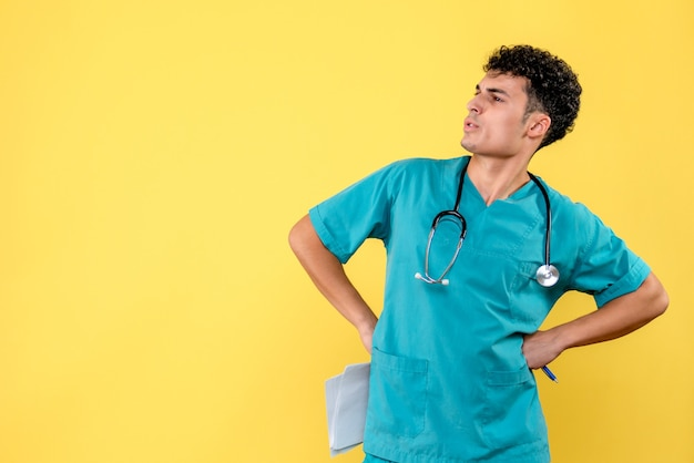 Vista laterale medico altamente qualificato grazie alle analisi che un medico conosce sulla malattia del paziente