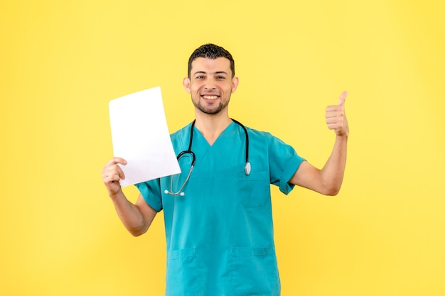 Вид сбоку высококвалифицированный специалист врач доволен анализами пациентов