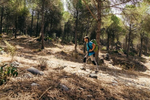 Vista laterale dell'escursionista in natura