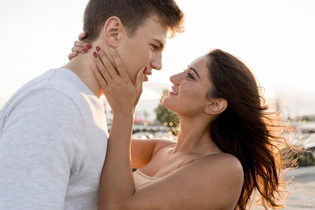 ロマンチックなカップルが親密な瞬間を楽しんでいる場合の側面図