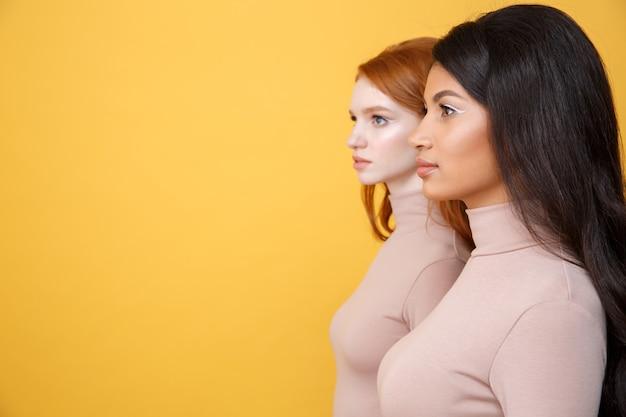 集中した若い2人の女性の側面図画像