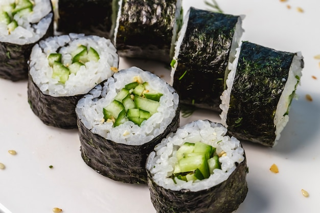 peligroso lucha Resentimiento  Free Photo | Side view kappa maki rice wrapped in seaweed and cucumber on a  plate