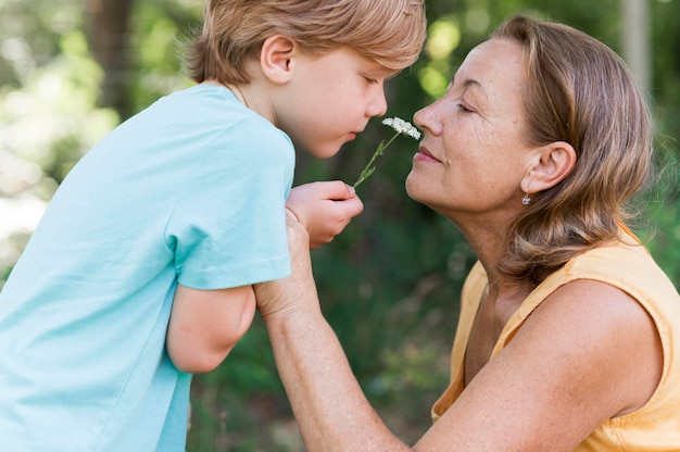 측면보기 아이 들고 꽃