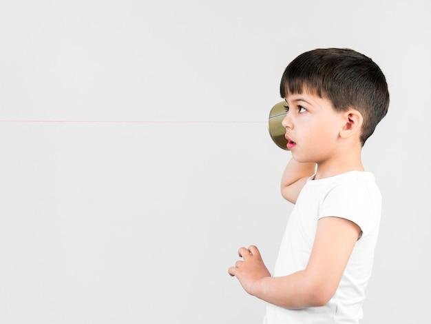 Вид сбоку ребенок играет дома