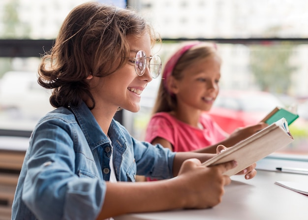 Вид сбоку дети учатся в библиотеке