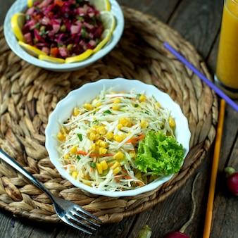 Светлый салат из капусты с кукурузным салатом и редисом