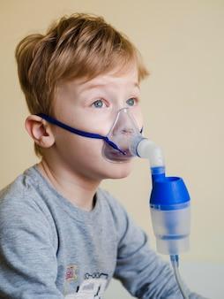 酸素マスクを持った少年の側面図