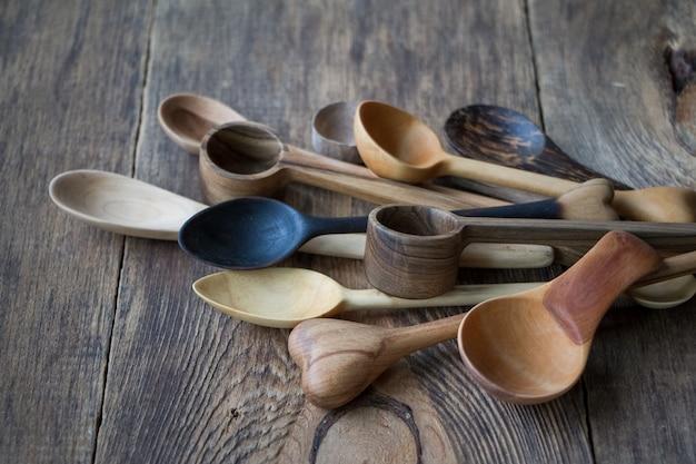 木製のテーブルに木のスプーンの側面図、手作りの食器の生産