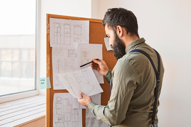 Vista laterale di idee di consulenza stilista maschile per la nuova linea di abbigliamento