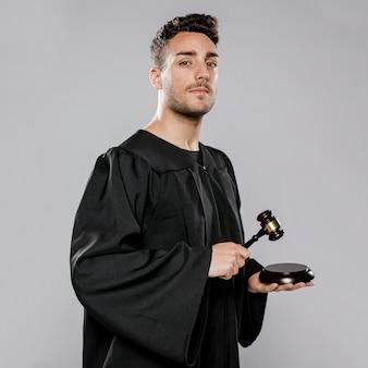 Vista laterale del giudice maschio con martelletto
