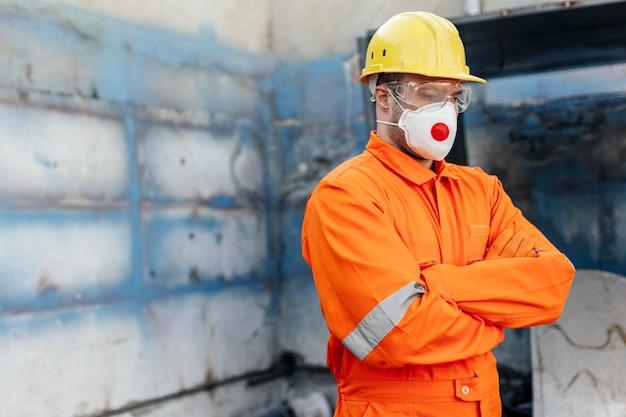 Vista laterale del lavoratore maschio con elmetto e copia spazio