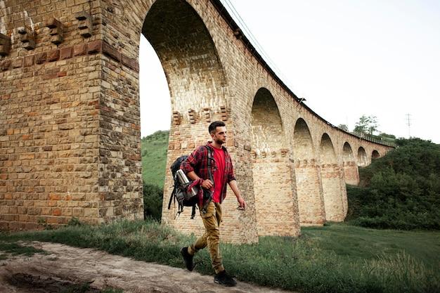 Uomo di vista laterale che esplora la natura