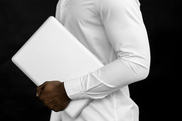 Computer portatile della holding dell'uomo di vista laterale