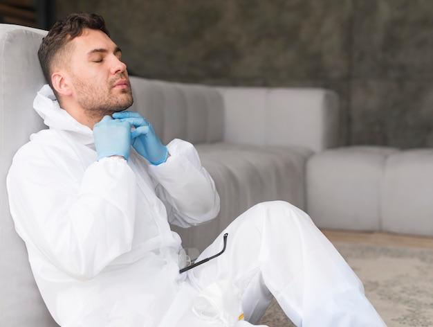 Боковой вид человек в костюме сидит