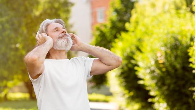 Uomo di vista laterale che ascolta la musica