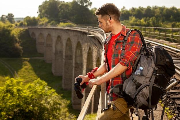Боковой вид человека на мосту