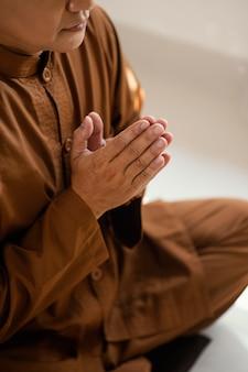 Vista laterale dell'uomo che prega