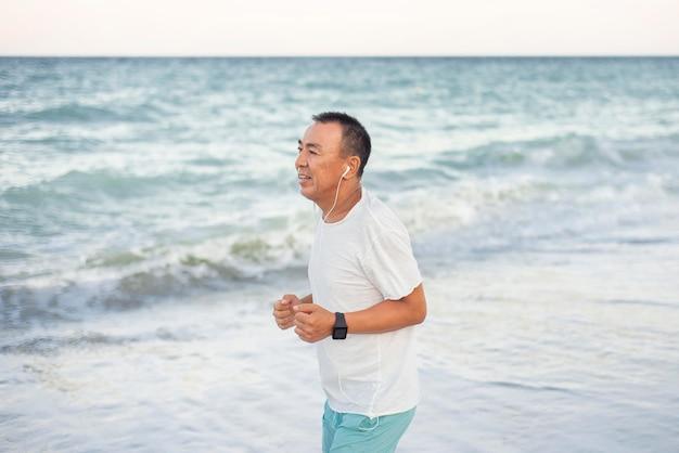 Вид сбоку человек работает на пляже
