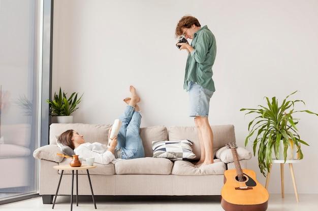 サイドビューの男性が女性の写真を撮る