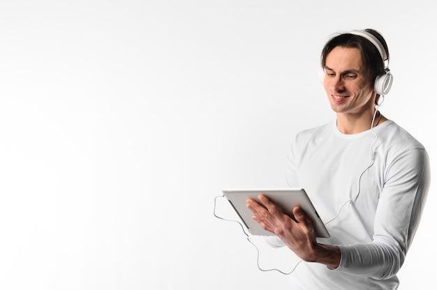 Боковой вид человека с помощью планшета
